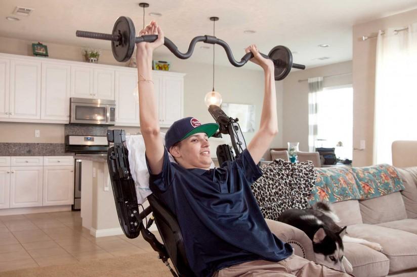 El hombre paralizado reemplaza el uso de brazos y manos después de recibir la terapia con células madre